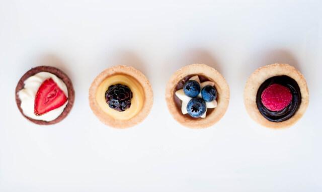 Vier kleine Cupcakes mit Beeren