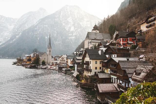 Ortschaft am Hallstätter See mit den Bergen im Hintergrund