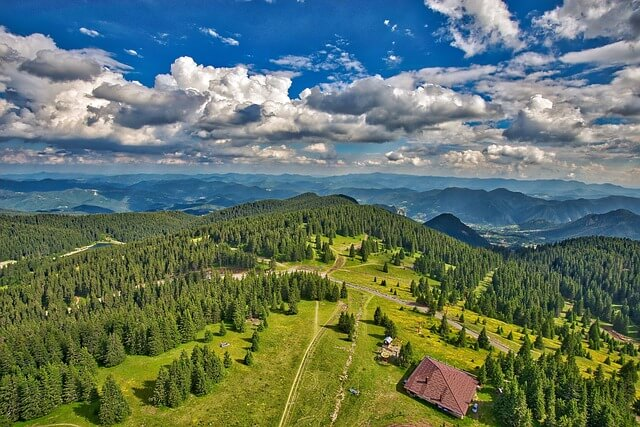 Bulgarien aus der Vogelperspektive mit dichten Wäldern, grünen Wiesen, Bergen und einer einsamen Hütte