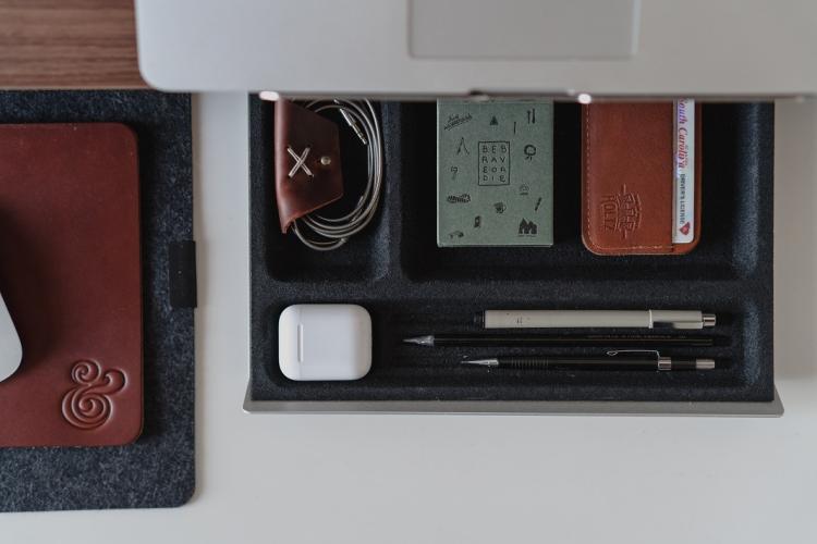 Schubladensystem mit technischen Geräten und Ladekabeln