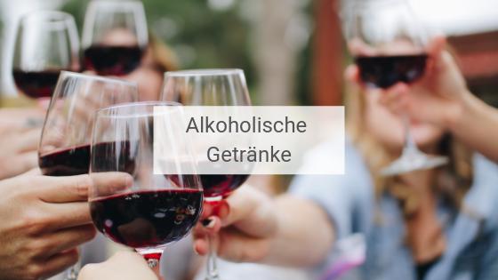 Freundesgruppe, die mit einigen Gläsern Wein anstößt