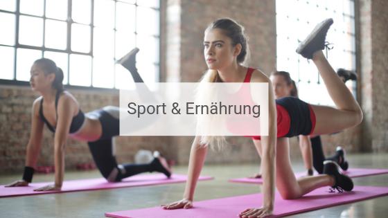 Drei Frauen im FItness Studio oder Sportkurs machen beim Workout Kraftübungen