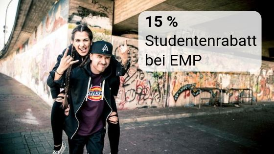 Junge mit Mädchen Huckepack, beide in schwarzen Rockerklamotten als Symbolbild für den Studentenrabatt bei EMP