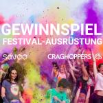 Eine Masse von feiernden Menschen auf einem Festival mit Farb-Bomben