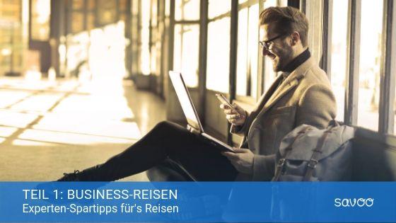 Geschäftsmann sitzt am Flughafen mit seinem Laptop und Handy auf dem Boden