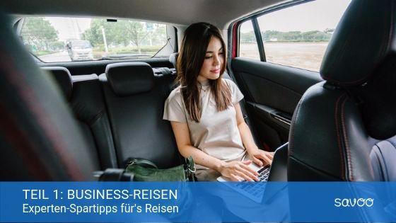 Geschäftsfrau arbeitet während einer Business-Reise auf dem Rücksitz eines Autos am Laptop