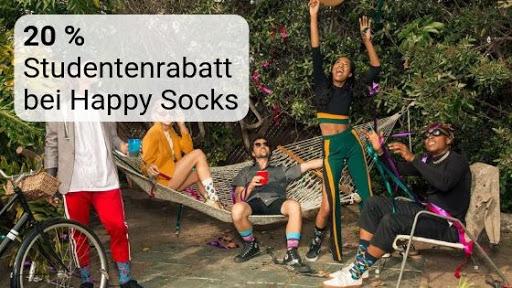 Gruppe von Freunden im Freien mit bunten Socken als Symbolbild für den Studentenrabatt bei Happy Socks