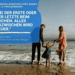 Vater und Mutter stehen während einer Familienreise mit Kind an den Händen barfuß am Strand im Meer