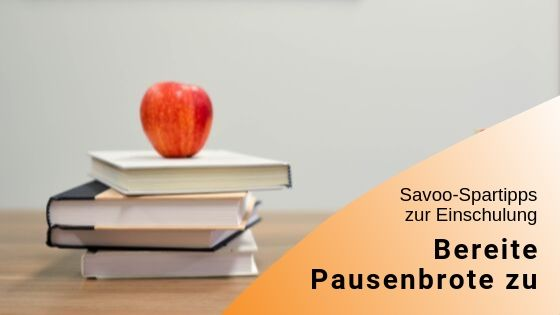Bücherstapel mit Apfel als Symbolbild zum Zubereiten von Pausenbroten während der Schulzeit