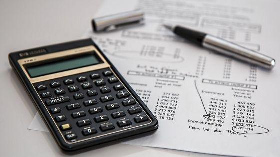 Taschenrechner neben Kostenaufstellung für Lebensmittelkosten