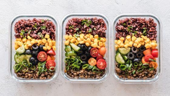 Große Portion Essen in verschiedene Tupperboxen aufgeteilt, um Geld zu sparen