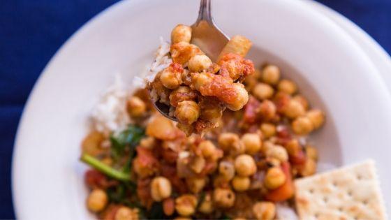 Selbstgekochtes Gericht mit sättigenden Kichererbsen