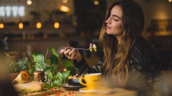 Frau genießt Essen im Restaurant