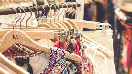 Kleidungsstücke auf Kleiderbügel in Geschäft