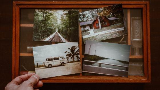 Mann hält vier Fotos in der Hand, die Ziele zeigen, auf die er sparen möchte