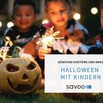 Kinder sitzen an Halloween mit Sternspeiern vor einem ausgehöhlten Kürbis