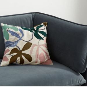 Mit Kissen kannst du ganz schnell farbliche Akzente setzen. ©Made.com