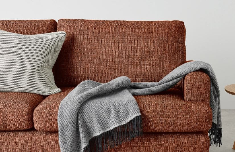 Plaid gris sur canapé
