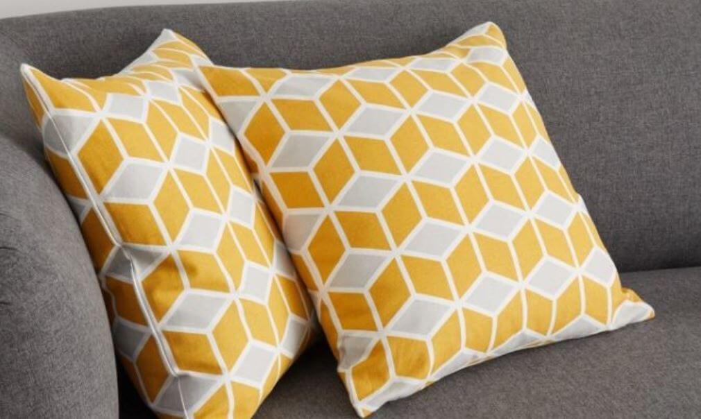 Coussins jaunes sur canapé