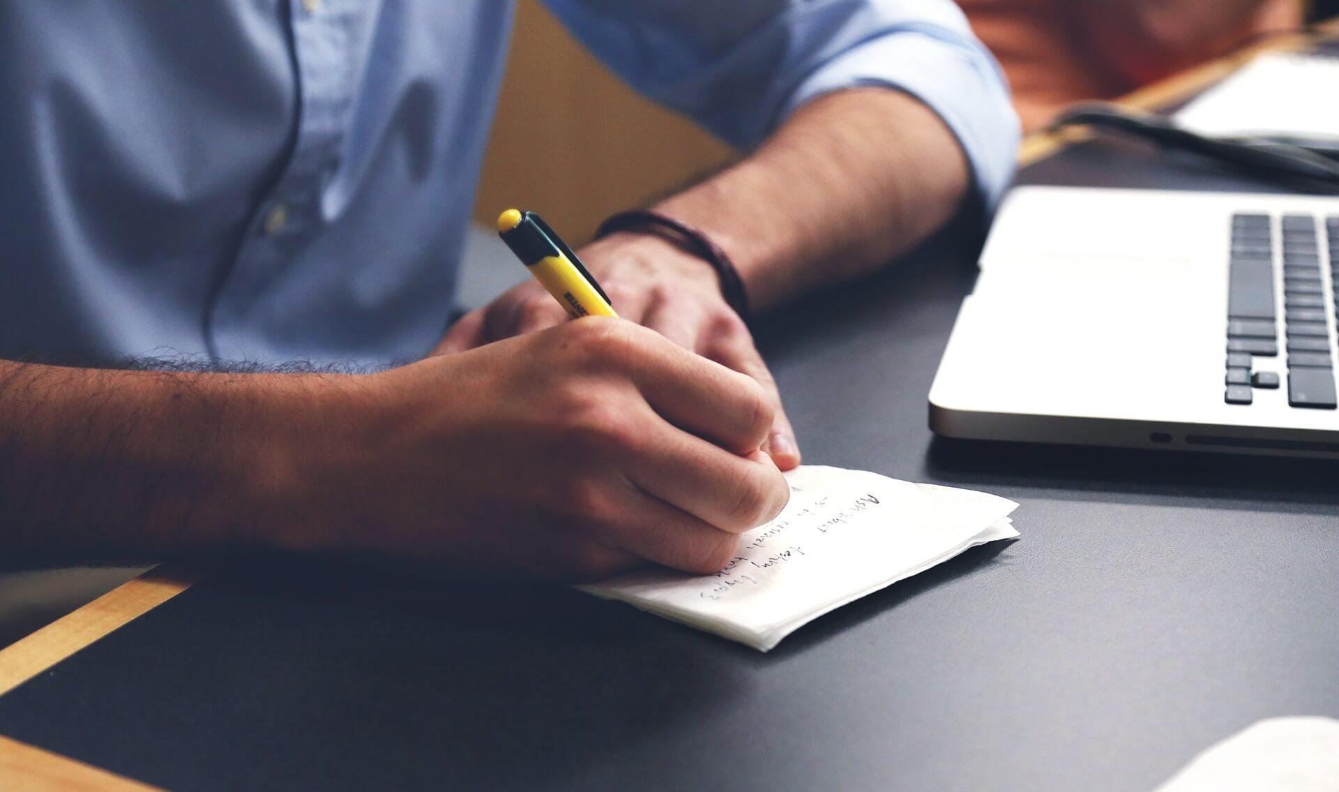 Homme écrit budget
