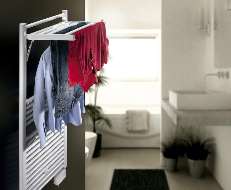 Radiateur blanch sur mur noir dans une salle de bain avec linge qui sèche