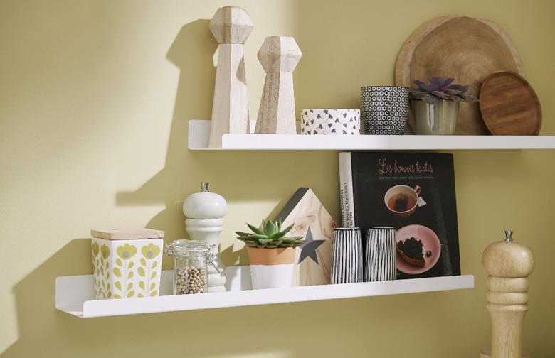 Etagères blanches LApeyre sur mur beige avec éléments de décoration et plantes