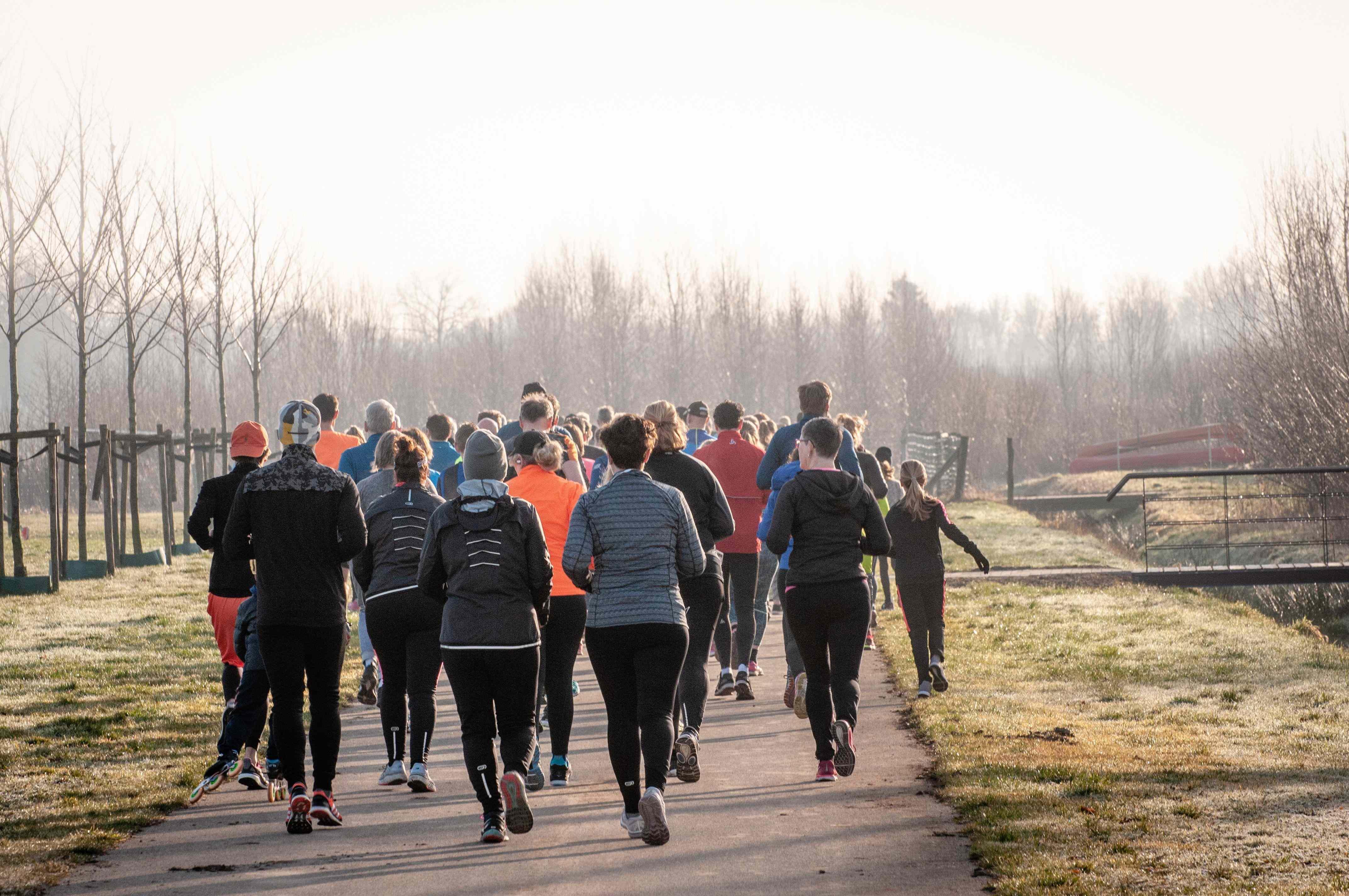 Groupe de personnes qui courent sur une route dans la nature