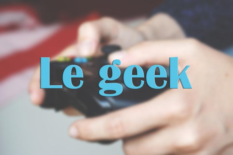 """Mains tenant une manette de jeux vidéos avec titre """"Le geek"""""""