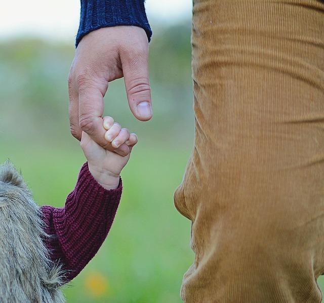 Homme tenant la main d'une petite fille dans la nature pour la fête des pères