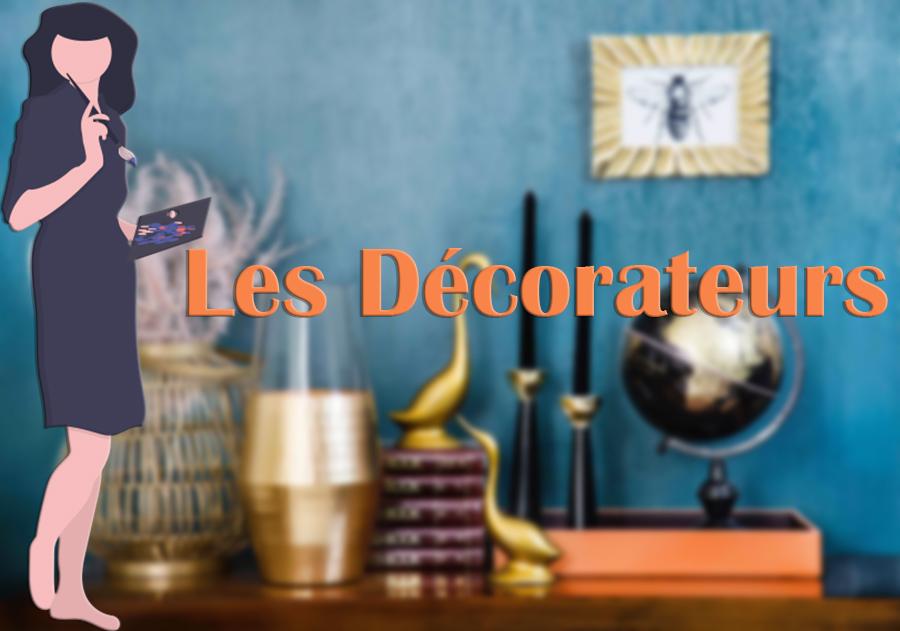 Mur bleu et commode en bois avec objets dorés et colorés et titre Les Décorateurs