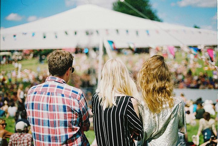 kit-festival-homme-femmes-devant-tente