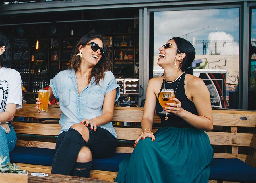Deux femmes assises dans un bar qui rient