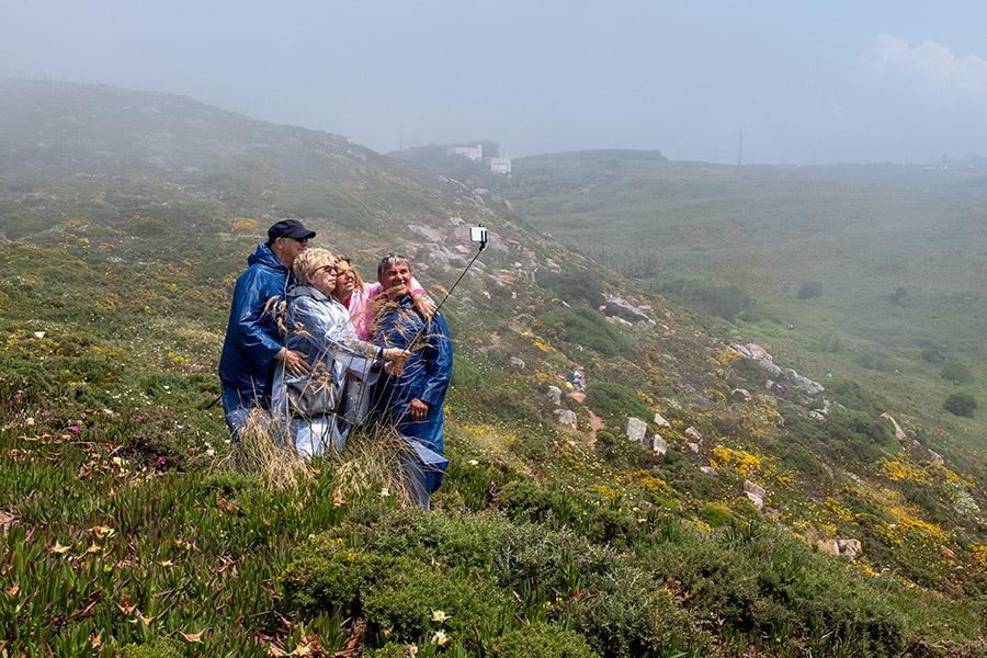 Groupe de personnes se prenant en photo dans la campagne