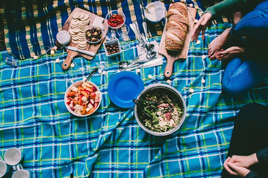 Couverture de pique-nique bleue avec nourriture