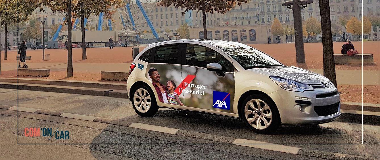 Voiture grise avec publicité affichée sur portière