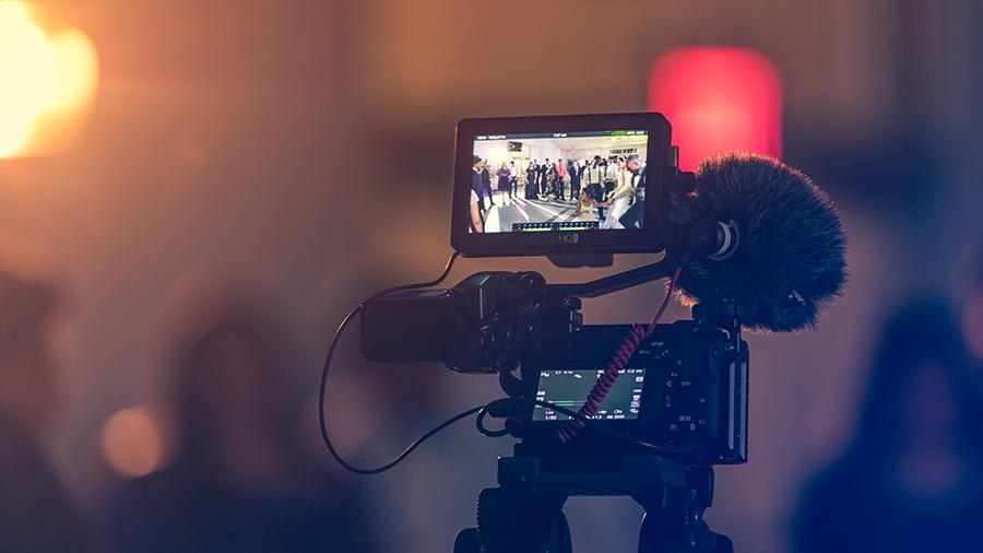 Caméra qui film un groupe de nuit