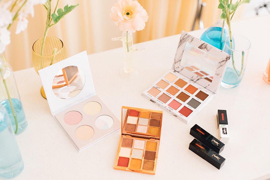 Table avec différentes palettes de maquillage
