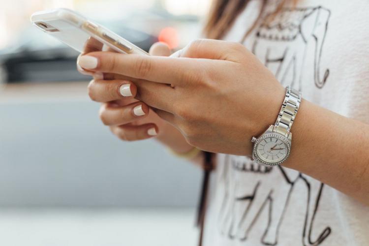 etudiant-utilisant-un-smartphone