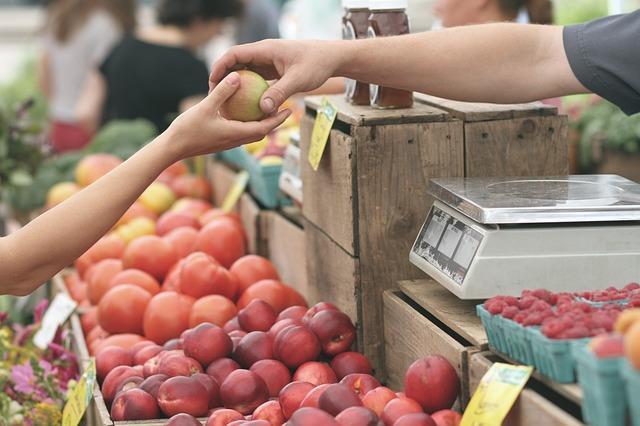 achat-de-fruits-au-marche