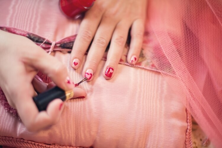 heart nails manicure
